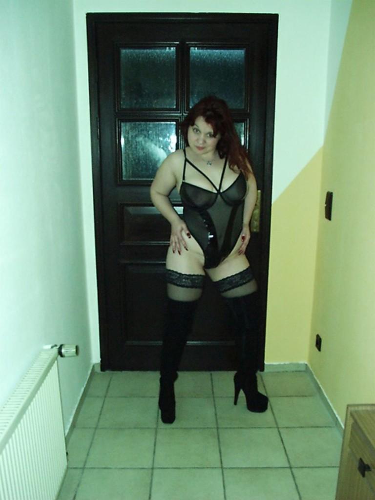 Molliges Girl in kniehohen Stiefeln